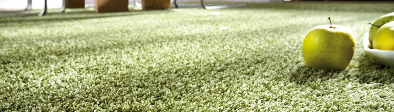 Grüner hochfloriger Teppichboden
