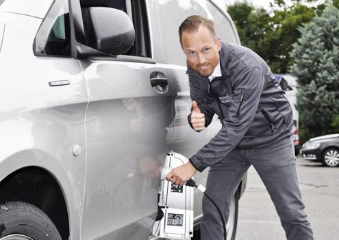 Dieter Schühle am Elektrofahrzeug