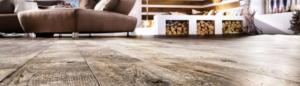 Holzfußboden mit Sofa und Feuerstelle